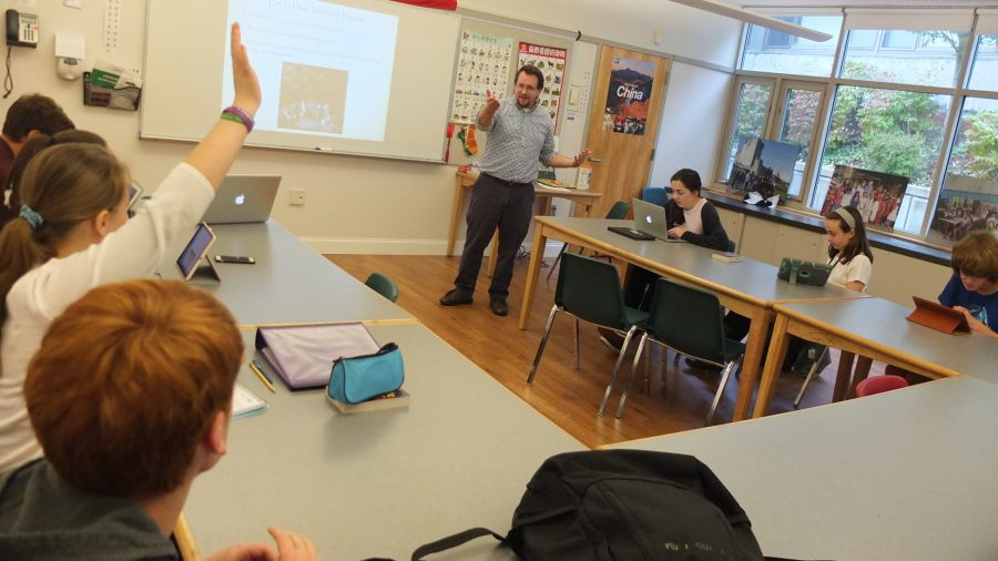 Dean+of+Students+Paul+Murray+teaches+his+9th+grade+English+class.+Photo+by+Noa+Schabes+17.