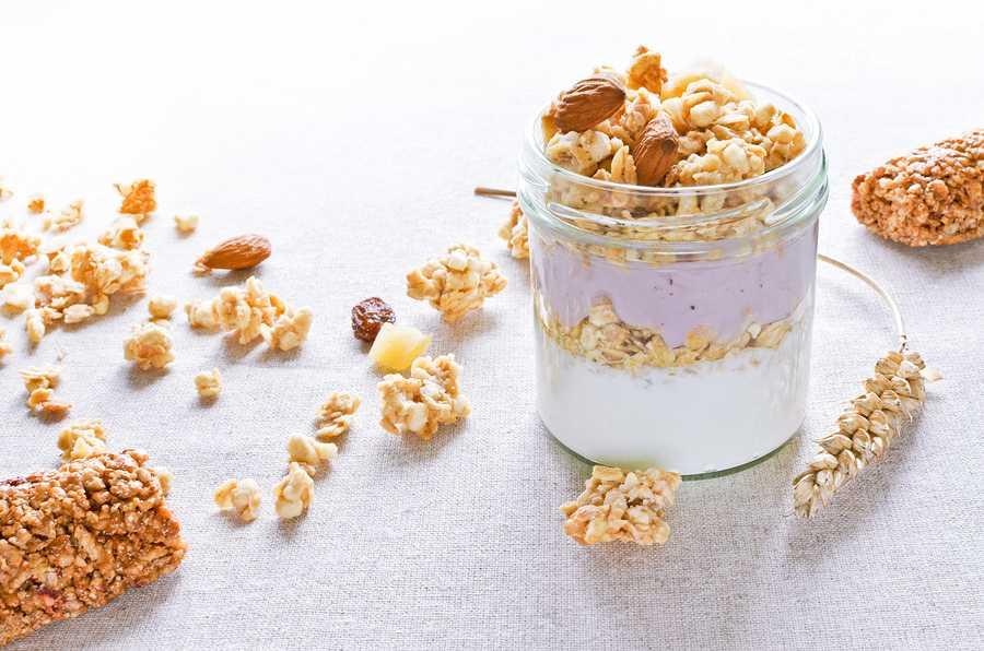 greek+yogurt+with+fruit+crunchy+muesli+bars+wheat+cones+linen+background+healthy+breakfast+concept