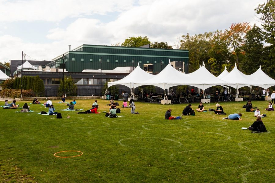 Students eat lunch on the field.
