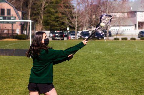 Rachel Sobel 23 catches a lacrosse ball.